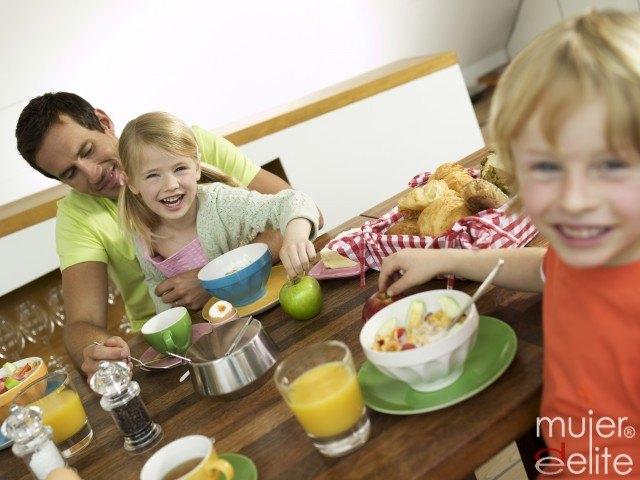 Foto Un desayuno saludable rico en lácteos, fruta y pan, indipensable para los niños