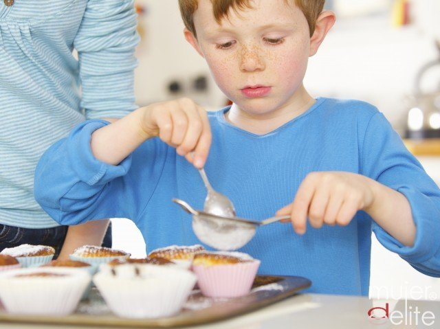 Foto Involucra al niño celíaco en la cocina