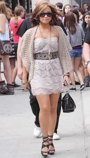 Foto Demi Lovato con bolero de ganchillo