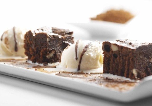 Foto Brownie de chocolate con frutos secos y helado de vainilla