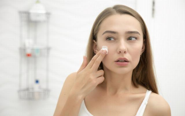 Foto Hidrata la piel antes de maquillar el rostro con una loción fluida