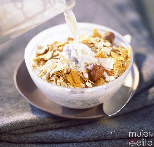 Foto Un tazón de leche con cereales te ayuda a comenzar el día de buen humor