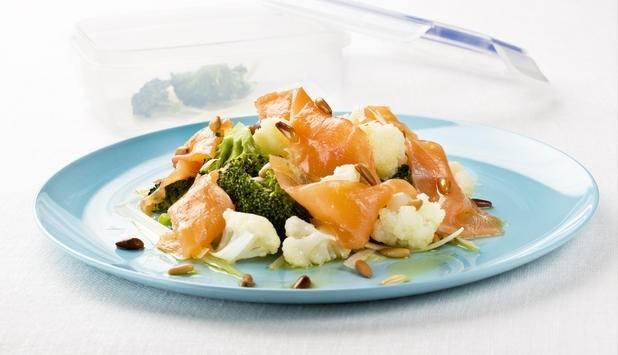 Foto Ensalada de salmón ahumado con brócoli y coliflor, una deliciosa y saludable combinación para comer de tupper en el trabajo
