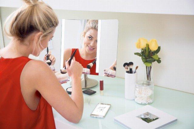 Foto Una base de maquillaje ligera es esencial en el maquillaje primaveraverano