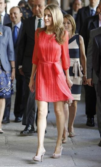 Foto La princesa Letizia ha presumido de piernas este verano con un estiloso y cortísimo vestido rojo