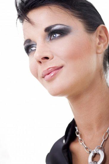 Foto Combina el plata con los tonos azules más intensos para un maquillaje futurista elegante y lleno de brillo