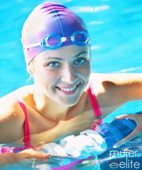 Foto Ponte en forma, relájate y mejora tu estado de ánimo haciendo deporte en el agua