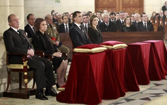 Foto Don Juan Carlos y doña Sofía presiden junto a don Felipe y doña Letizia, el funeral de Estado por Adolfo Suárez