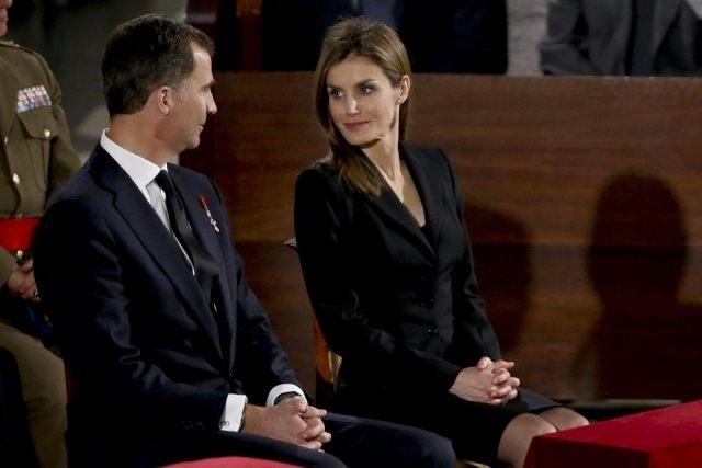 Foto Las miradas cómplices de don Felipe y doña Letizia durante el funeral de Estado por Adolfo Suárez