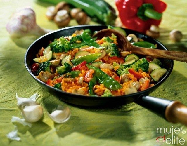 Foto Arroz integral frito con verduras, una receta saludable y rica en fibra