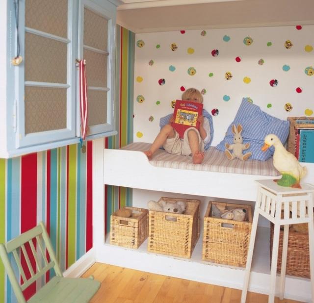 Combina papeles pintados de rayas y estampados en - Dormitorios pintados a rayas ...