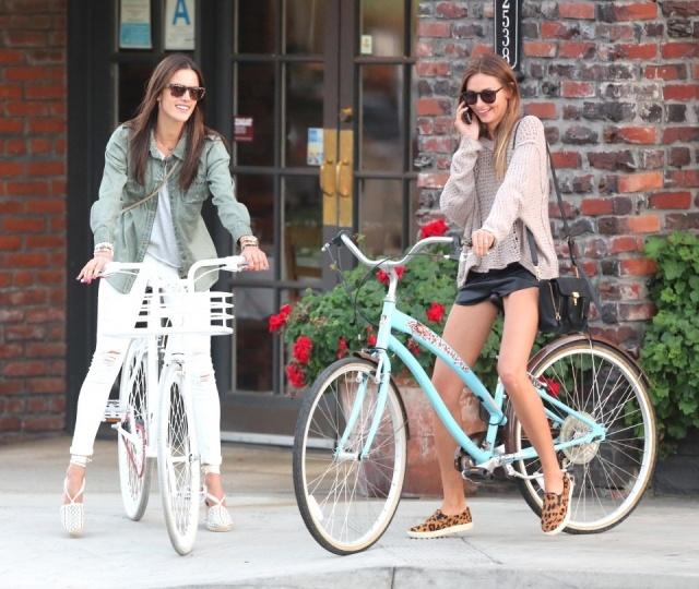 Foto Alessandra Ambrosio se mueve por la ciudad con mucho estilo ¡y en bicicleta!