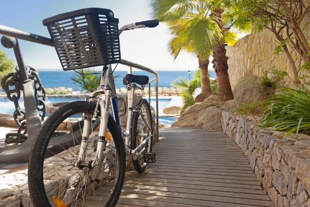 Foto Ponte en forma montando en bicicleta sin riesgo de lesiones