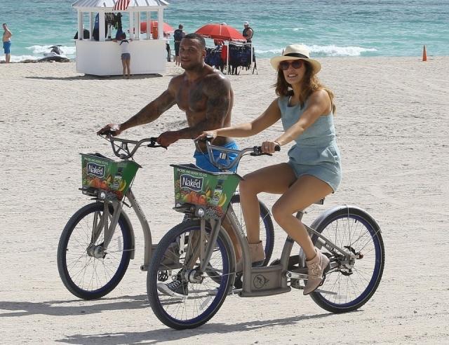 Foto Kelly Brook y su novio David McIntosh montando en bicicleta en Miami