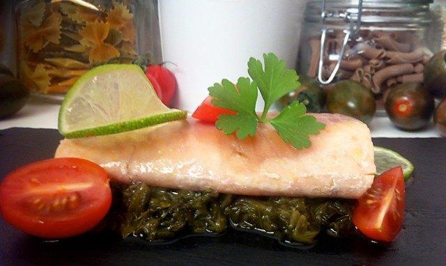 Foto Salmón con lima y espinacas, un plato principal para el Día de la Madre delicioso y refinado