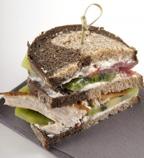 Foto Sándwich de pollo asado, kiwi, mascarpone y chile, una delicia saludable que te llenará de energía