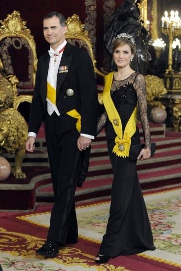 Foto Don Felipe y doña Letizia cogidos de la mano, en la cena de gala en honor al presidente de México en el Palacio Real
