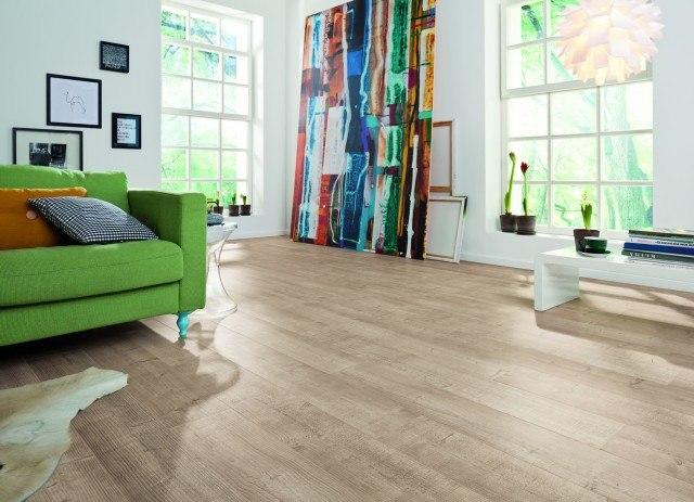 Foto En la decoración de interiores estilo nórdico o escandinavo, apuesta por el suelo laminado en tonos claros