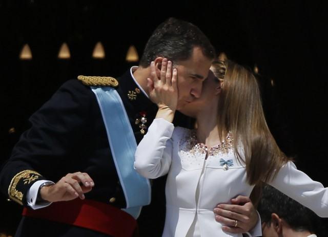 Foto Doña Letizia besa a don Felipe en el balcón del Palacio Real tras la coronación