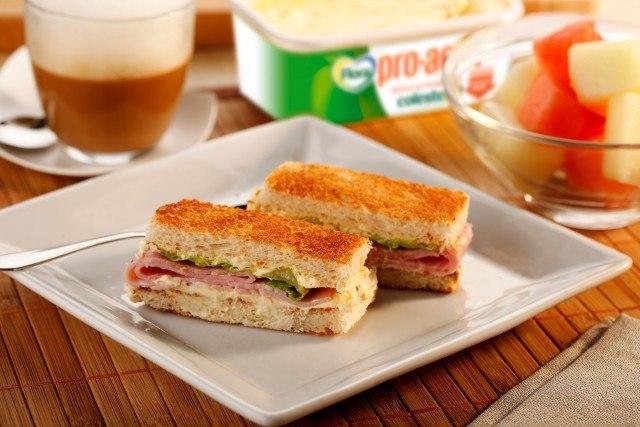 Foto Sándwich vegetal de pavo y surtido de frutas, el desayuno o merienda que gusta a todos