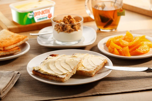 Foto Tostadas con margarina y yogur con cereales, un desayuno ideal para cuando no tienes tiempo que perder