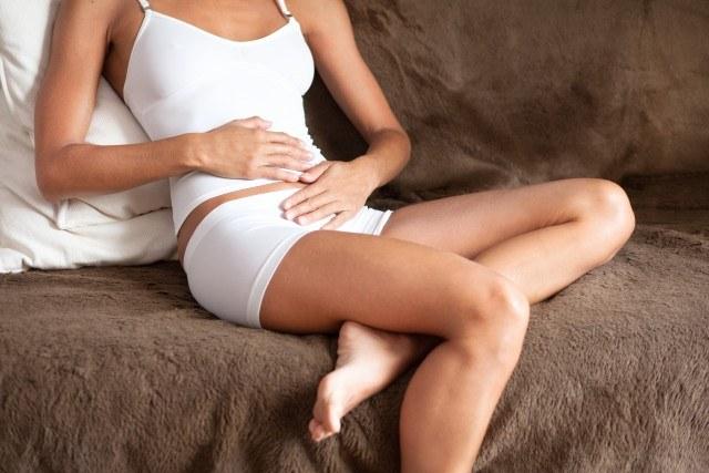 Foto La hinchazón en la zona abdominal, uno de los síntomas de embarazo