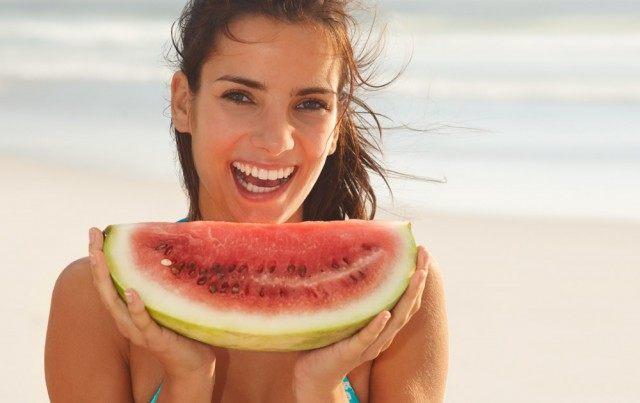 Foto Consejos e ideas para una merienda sana y baja en calorías en la playa