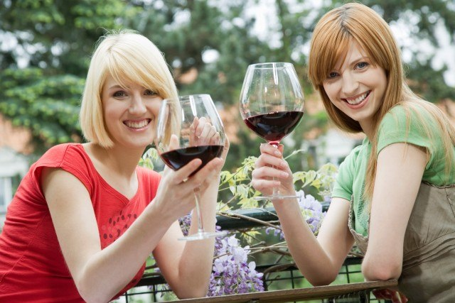 Foto Una copa de vino tinto, bebida perfecta a combinar con agua para una barbacoa sana y baja en calorías
