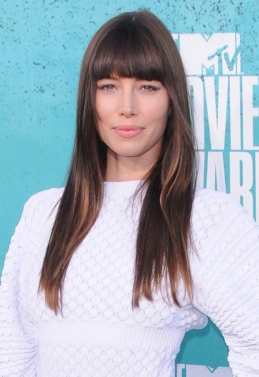Jessica Biel apuesta por el pelo extra liso a capas y con flequillo