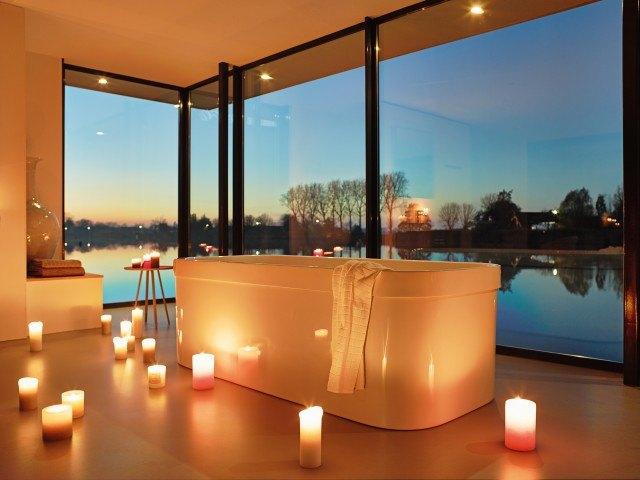 Foto Prepara un baño sensual con unas gotas de aceite de rosas, de gran poder afrodisiaco