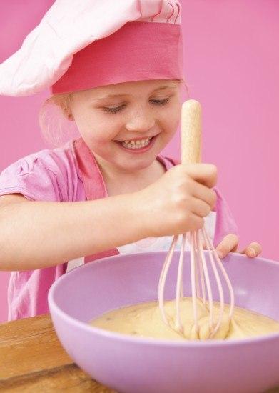 Foto Permite que los niños te ayuden a preparar una terrorífica tarta de Halloween