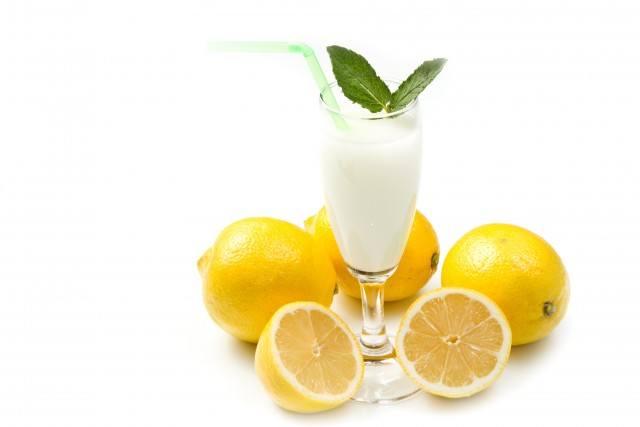 Foto Sorbete de limón al cava, un postre ligero y refrescante ideal para un menú bajo en calorías en Navidad
