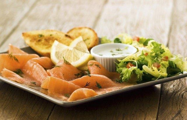 Foto Combina el salmón marinado con diferentes salsas ligeras para disfrutar sin engordar en Navidad