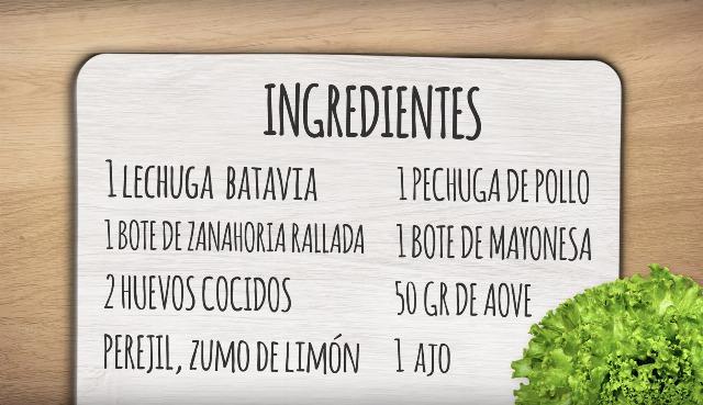Foto Ingredientes de la ensalada de lechuga Batavia con ensaladilla de pollo y zanahoria