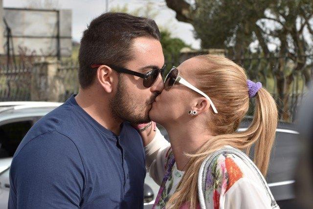 Foto Belén Esteban y Miguel Marcos se besan en público sellando su amor frente a las cámaras