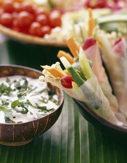 Foto Chips vegetales y salsas sanas como aperitivo para no engordar
