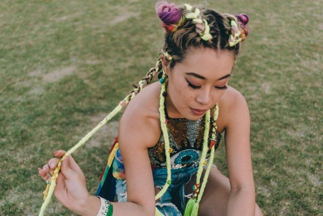 Foto Adornar las trenzas con pañuelos o cintas, otra de las tendencias en peinados de la temporada