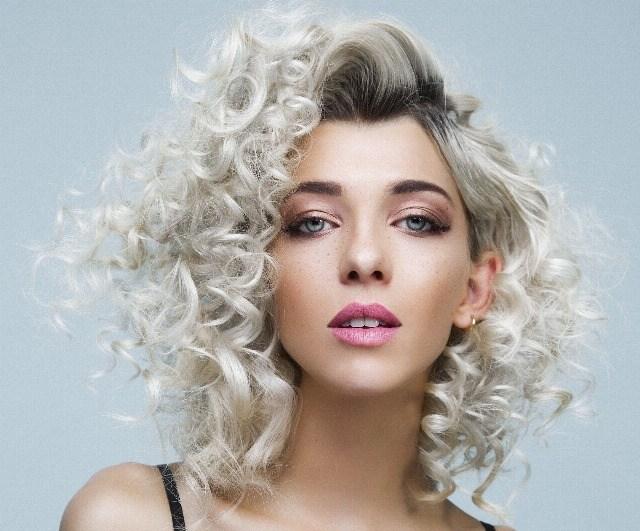 Foto Si tu cabello es muy rizado, apuesta por las medias melenas o el pelo largo