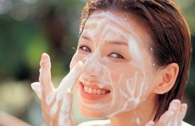 Foto No limpiar correctamente el rostro antes de aplicar el tratamiento facial, uno de los errores más frecuentes