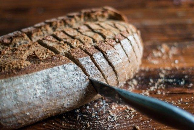 Foto La corteza de un pan artesano es de color pardo, más gruesa que la del pan industrial y muy crujiente