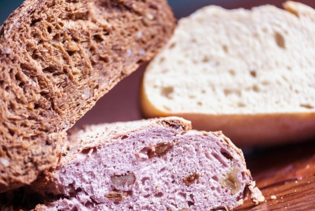 Foto La miga de un pan artesano tiene agujeros grandes e irregulares