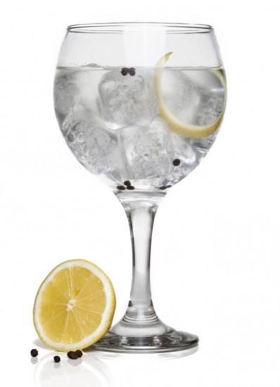 Foto Un gintonic perfecto se sirve en una copa amplia y con hielos consistentes