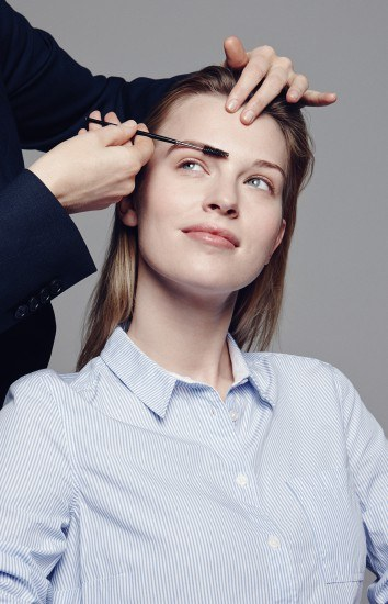 Foto Dar una correcta forma a las cejas, esencial en las novias con gafas