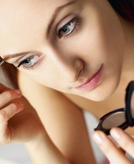 Foto Maquilla las cejas con sombra de ojos marrón claro si eres rubia, marrón medio si eres castaña y marrón oscuro si eres morena