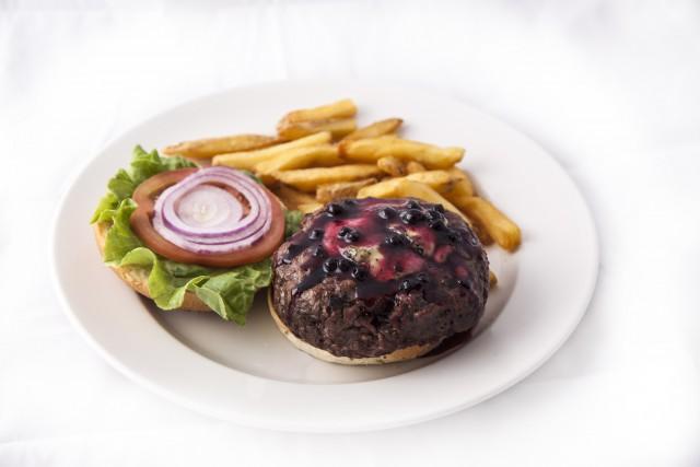 Foto Vegetales frescos y salsas exóticas para acompañar una hamburguesa 100% americana
