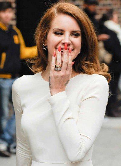 Foto Lana Del Rey, apasionada de las uñas con forma almendrada