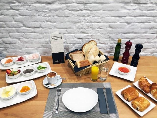 Foto Desayunos sanos y completos con hidratos de carbono, frutas, proteínas y lácteos para deportistas