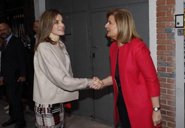 Foto La reina Letizia recibe el saludo de la ministra de Sanidad, Servicios Sociales e Igualdad, Fátima Báñez