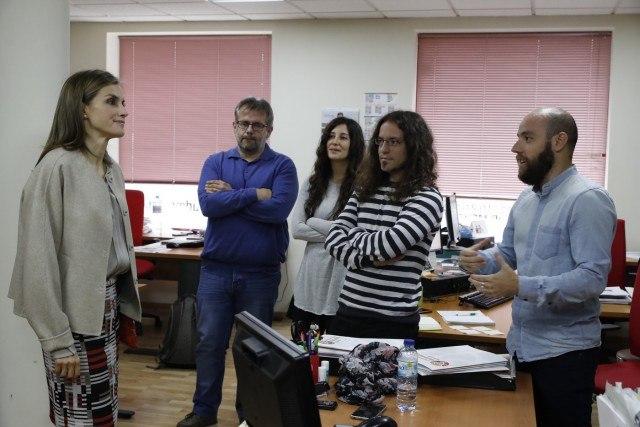 Foto La reina Letizia conversa con los empleados de la Confederación Salud Mental España