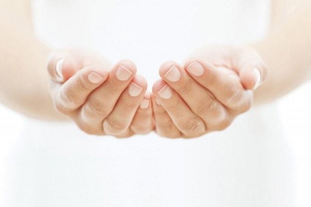 Cómo tratar las manos secas y arrugadas